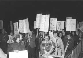 Les membres du SEFPO protestent