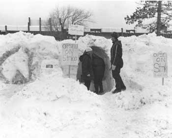 Des manifestants sous la neige