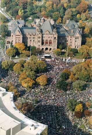 15 000 syndiqués réunis au Nathan Phillips Square