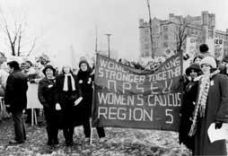 Des femmes membres du SEFPO manifestent