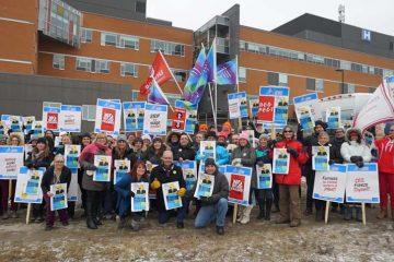 Le président Thomas en tête de la manifestation contre le gel des salaires à Peterborough